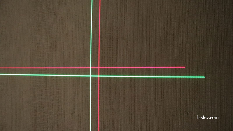 Comparison of the thickness and brightness of the lines at the green and red laser level.